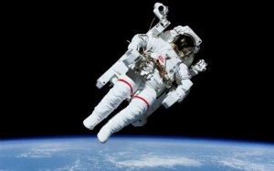 O Astronauta flutua no Espaço Sideral, mas continua estritamenta aprisionado na Terra.