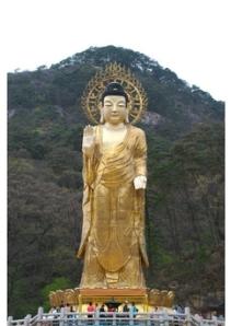 O Budha Maitréya Dourado. Com doze metros de altura ela representa o Buda considerado o Salvador dos Budhistas e o Senhor do Mundo.
