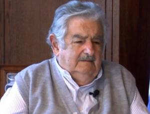 Eis José Mujica, Presidente do Uruguai. Caquético, ele capitulou diante do  Crime Organizado.