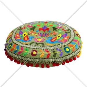 Almofadas ricamente bordadas eram usadas pelos monges, em Hemi. Yehoshua sentou-se em uma semelhante a esta.