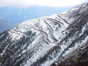 Mesmo hoje as estradas do Himalaia são tremendamente perigosas.