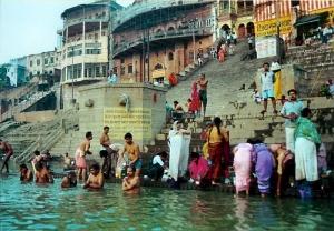 Fiéis em festival no Rio Ganges, onde ocorrem os batismos.