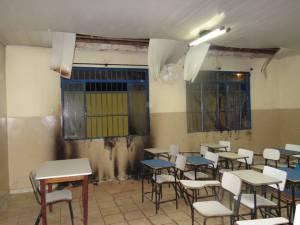 Com salas de aulas como esta, que há aos milhares pelo Brasil a fora, como se pode acreditar num bom ensino de nosso idioma? Professores qualificados dificilmente aceitarão tamanha humilhação.