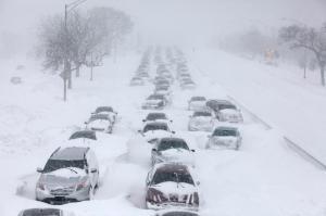Nevas nos EUA param o tráfego e matam pessoas enregeladas.