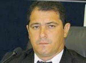 Adalberto Alexandre, presidente da Câmara do Município de Ribas do Rio Pardo. Preso, depois de fugir de pijama da visita da CAECO à sua casa. Fichinha, mas ladrãozinho...