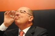 """""""Aí, Brasil! Em São Paulo tem água sim! Vejam como bebo esta até o fundo do copo. Quem disse que há racionamento? Nem falta água. É intriga da oposição."""""""