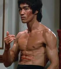 Bruce, em uma de suas poses cinematográficas.