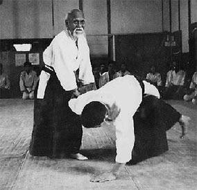O Ô-sensei demonstrando uma técnica de imobilização.