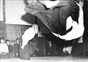 Já idoso, Morihei lança longe um praticante que com ele treinava.