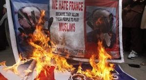 A euforia exagerada dos franceses fizeram pipocar revolta entre os muçulmanos paquistaneses e de outros países.