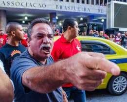 """""""EU quero a cabeça de vocês dois, Dilma e Lula. Vocês tiraram todas as esperanças de minha família e trolharam o futuro de meus filhos!"""""""