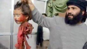 O troféu de um islamista fanático: a cabeça de uma criança cristã. Até quando?