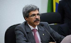 """Este cara com o escovão de virilha na boca, é o Deputado Luís Sérvio, Petista, enrolado na lama do Petrolão. Será membro destacado da CPI que vai """"investigar"""" a corrupção dos comparsas entronados."""