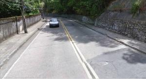 Logo depois da curva, na Estrada das Paineiras, subida para  a Floresta da Tijuca, o táxi estourou o pneu.