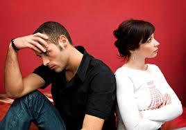 """Ele: """"Meu Deus, é conta e mais conta a pagar"""" ELA: """"Ele não me ama. Não quer comprar aquele colar lindo!"""""""