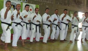 Karatecas no dojô.