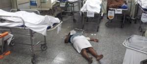 Paciente pobre espera atendimento em hospital público estendida no chão por falta de macas, salas específicas e, principalmente por falta de profissionais médicos.