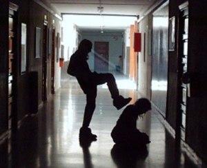 """Eis um típico """"estudante"""" brasileiro da atualidade. O choque entre padrões familiares diferentes pode ser a causa de um comportamento tão agressivo."""