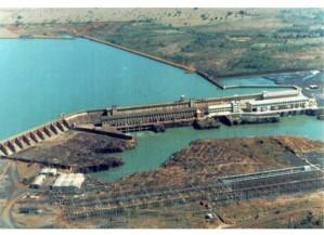 Eis Cachoeira Dourada, a represa que pertencia aos goianos, mas que pelas mãos de um goiano foi retirada de Goiás. Não fisicamente, lógico.