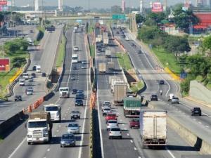 A Rodovia Presidente Dutra no Rio de Janeiro. Sempre com tráfego intenso.