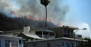 Mansões milionárias na Califórnia em perigo de serem engolidas pelo fogo.