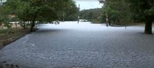 Lama preta do Tietê invade rua de Salto, SP.
