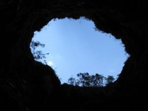 Era estranho ver o céu através de um buraco negro. Do mesmo modo, quando se olha para o fundo de um deles.