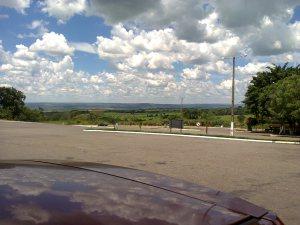 Esta paisagem é obra de Elementais. O verde, de Elementais da Natureza. O asfalto, de Elementais Humanos.
