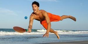 """Jogando frescobol em Copacabana. Sem """"nós contra eles"""""""