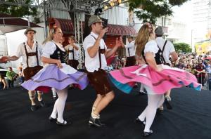 Alemães no Brasil. Mesmo descendentes, nascidos aqui, conservam os costumes e os hábitos alemães.