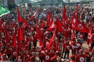 Relinchantes bípedes seguidores de traidores do Brasil. Mas o que periga se seguir a eles é bem pior.
