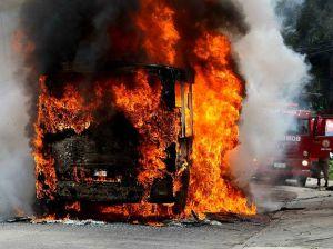 """Ônibus em chamas. Será que isto vai trazer de volta a vida ao corpo da criança morta por bala """"perdida""""? A bandidagem acha que sim..."""