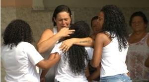 Mãe de criança morta por bala perdida se desespera. Rio de Janeiro.