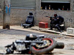 Eis os bandidos sanguinários chamados Policiais Militares. Eles não têm alma nem família nem nada. São apenas assassinos e pronto.