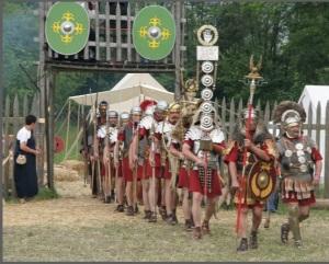 Parte de uma coorte romana saindo do acampamento.