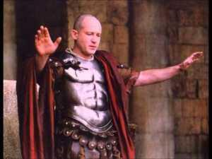 Assim é mostrado, no cinema, Pôncio Pilatos. Mas ele era mais alto, mais forte e tinha basta cabeleira grisalha.