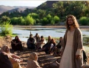 Ele deu início à sua revelação como Filho de Deus ainda longe de seus discípulos.