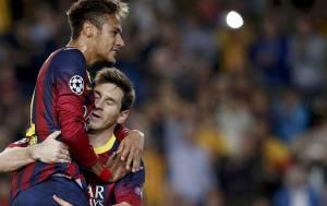 Messi nina e ensina o bom futebol ao ex-menino pobre dos campos de pelada brasileiros.