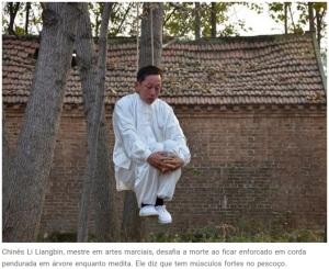 Mestre em Wu-shu chinês exagera. Enforca-se para meditar, dominando e ignorando a dor e o sufocamento. (http://www.gadoo.com.br/)