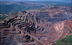 """Em Carajás esta ferida feia no meio da mata, que destruiu uma grande área de floresta, é o resultado da busca frenética pela """"commoditie"""" ferro brasileiro."""
