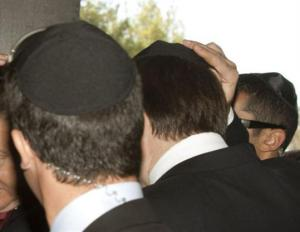 Judeus usando o kipak.