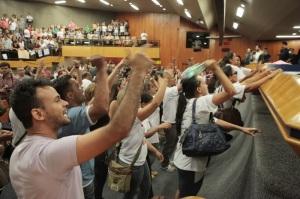 Em Goiânia, professores vão berrar contra os vereadores.